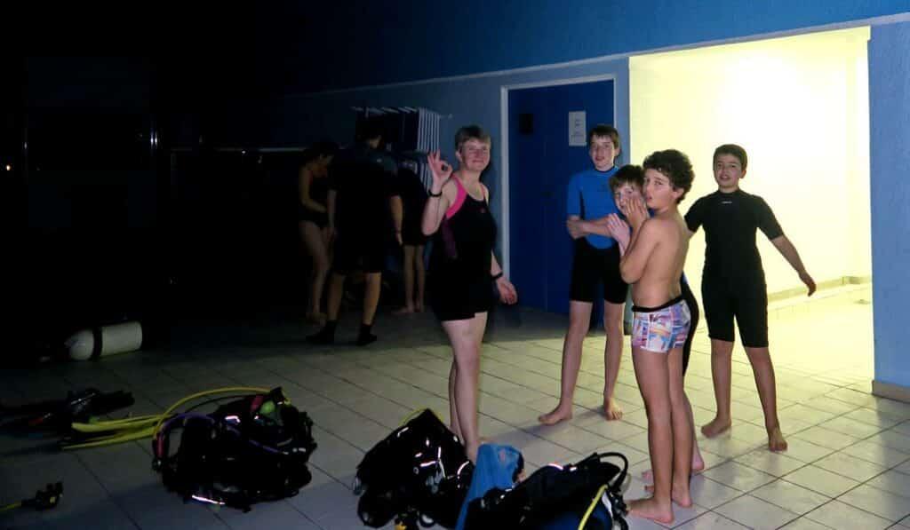 Les enfants se préparent pour la plongée de nuit en piscine- AixPlo janvier 2020