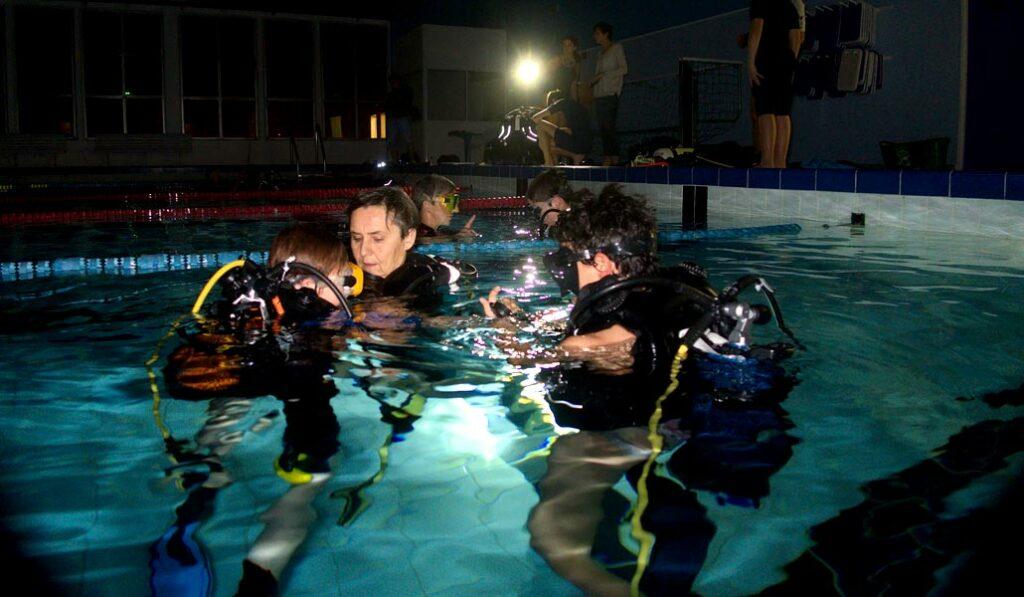 Mise à l'eau des enfants pour la plongée de nuit en piscine- AixPlo janvier 2020