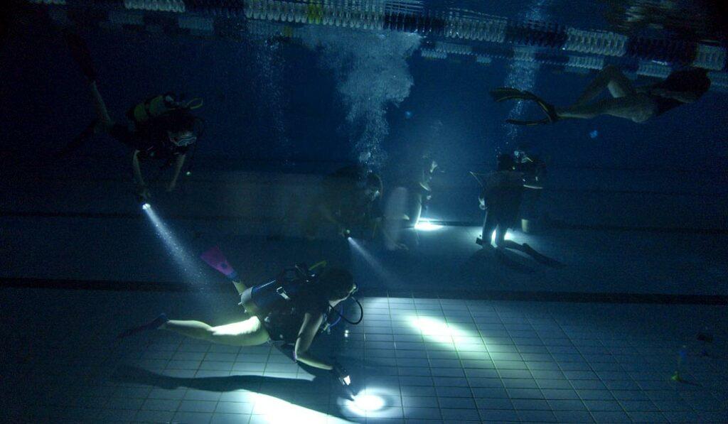 Découverte du parcours pour cette plongée enfants de nuit en piscine- AixPlo janvier 2020