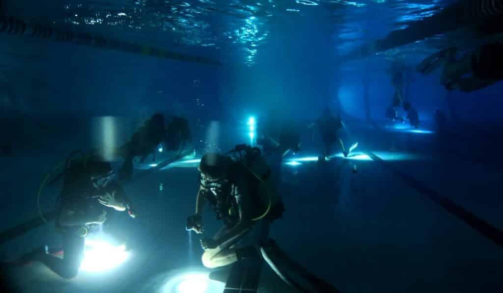 Tout le monde s'amuse au fond de l'eau pour cette plongée enfants de nuit en piscine- AixPlo janvier 2020