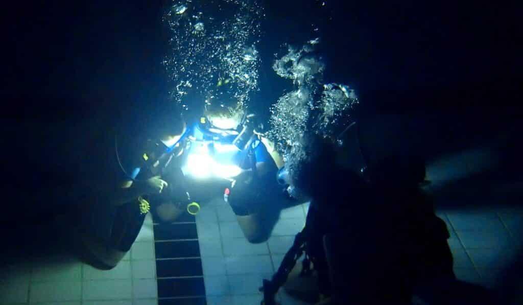 On garde un oeil sur les éléments de sécurité pour cette plongée enfants de nuit en piscine- AixPlo janvier 2020